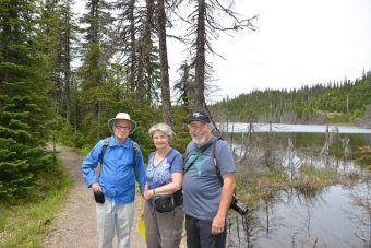 Camille Rousseau, Marie-André Zizka et l'auteur de ces lignes près du lac des Pionniers au parc national des Monts-Valin.